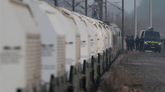 Le train de déchets nucléaires allemands parti mercredi de Valognes, dans la Manche, a quitté vendredi Rémilly, près de Metz, en Moselle, où il était stationné depuis la veille. /Photo prise le 24 novembre 2011/REUTERS/Vincent Kessler