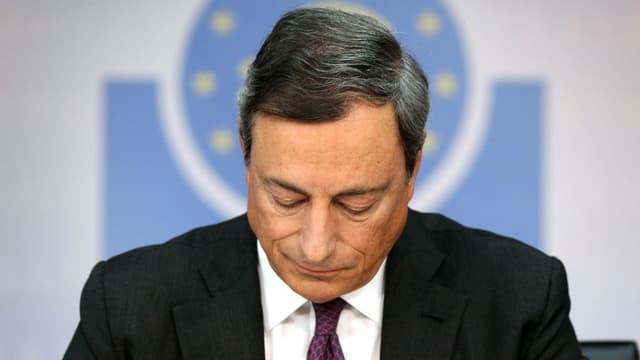 Mario Draghi, Président de la BCE. La baisse des taux provoquée par l'action monétaire de la banque centrale provoque un casse-tête inédit.