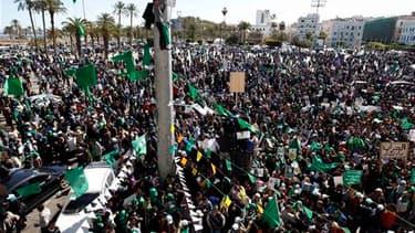 """Des partisans de Mouammar Kadhafi manifestent dans le centre de Tripoli. Le """"guide"""" libyen dont le régime est contesté a transformé dimanche la capitale en un lieu de célébration de ses 41 ans de règne sur le pays, même si Tripoli elle-même se montre divi"""