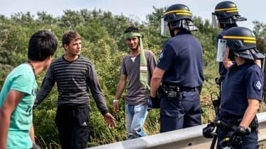 Des policiers interpellent des migrants près du port de Calais, le 5 août 2015.