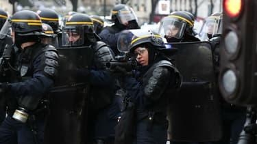 Les lanceurs de balles de défense sont mis en cause par les manifestants.