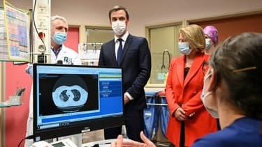 Le ministre de la Santé Olivier Véran (C) et la ministre déléguée à l'Autonomie Brigitte Bourguignon rencontrent des soignants à l'hôpital de Dunkerque, le 24 février 2021