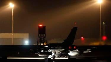 Tornado britannique s'apprêtant à décoller du sud de l'Angleterre. Les puissances occidentales ont lancé dans la nuit de dimanche à lundi une deuxième vague d'attaques aériennes sur la Libye après avoir stoppé l'avancée des forces de Mouammar Kadhafi vers