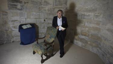 Hugues de Sade pose devant ce fauteuil sur lequel le marquis écrivit la plupart de ses textes. L'écrivain a même réussi à le conserver lors de ses multiples détentions à Vincennes, à la Bastille ou à Charenton.