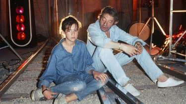 Serge, chaussé de Zizi, et Charlotte Gainsbourg en 1986.