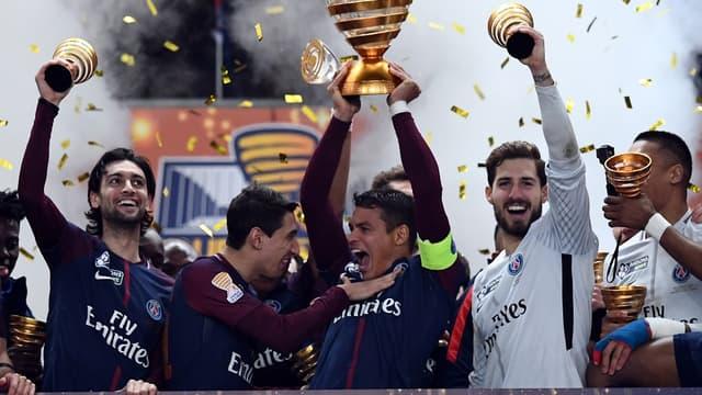 Le PSG soulève le trophée de la Coupe de la Ligue
