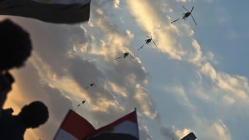 Les hélicoptères de l'armée survolent les manifestants au Caire le 1er juillet.