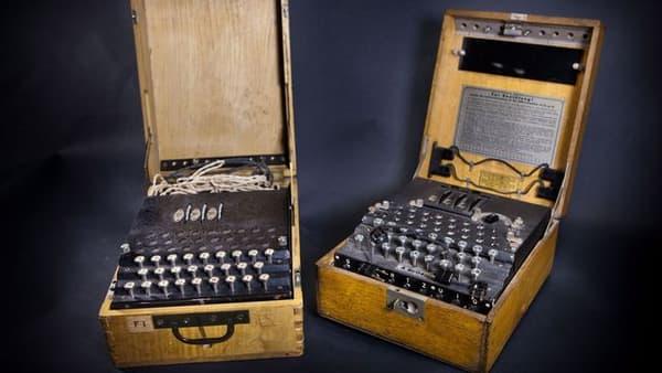 Le clavier de la machine Enigma reproduite par la Général bertrand n'est ni au format qwerty, ni azerty. Les touches sont disposées dans l'ordre alphabétique traditionnel