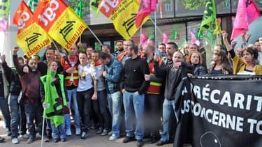 Cheminots et intermittents du spectacle en grève se sont rassemblés mercredi devant le siège du PS Nord.