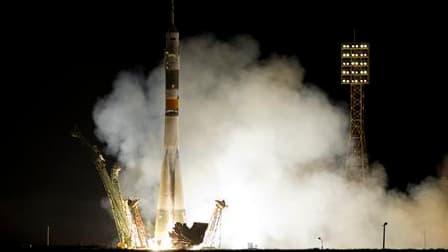 Un vaisseau russe Soyouz a décollé dans la nuit de mardi à mercredi du cosmodrome de Baïkonour, au Kazakhstan, à destination de la Station spatiale internationale (ISS), avec à son bord trois cosmonautes. /Photo prise le 8 juin 2011/REUTERS/Shamil Zhumato