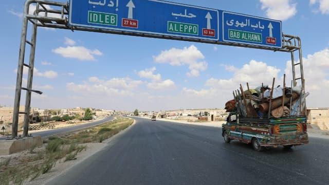 Des habitants de la province d'Idleb fuient vers la frontière turque le 10 septembre 2018