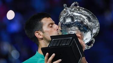 Novak Djokovic embrasse le trophée de l'Open d'Australie après son neuvième sacre