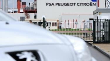 François Hollande renvoit les actionnaires de Peugeot face à leur décision.