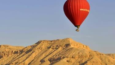 Image d'illustration d'une montgolfière dans le Louxor, en Égypte.