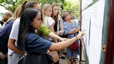 Des lycéens découvrent les résultats du bac à Paris le 5 juillet 2017