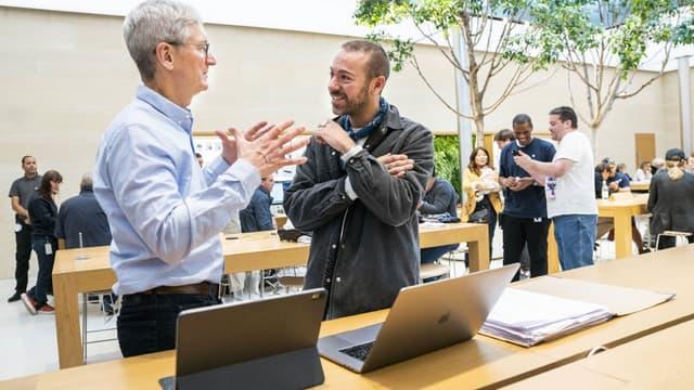 Tim Cook et l'artiste Tyrsa, à l'Apple Store Marché Saint-Germain, le 2 octobre 2019