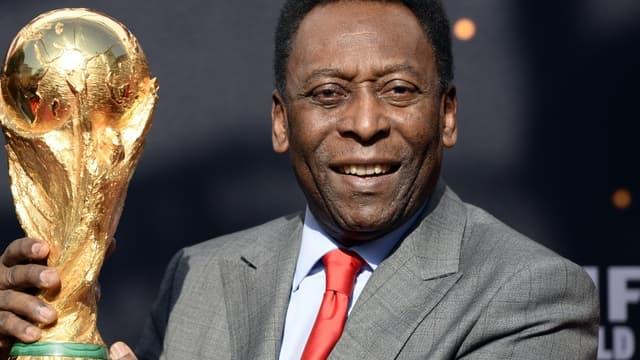 Pelé avec le trophée de la Coupe du monde