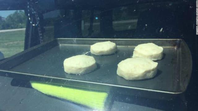 Une antenne locale des services météo américains a fait cuire des biscuits dans une voiture, en plein soleil, pour alerter des dangers de la canicule en voiture.