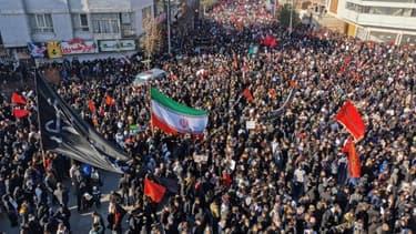 Les Iraniens se rassemblent pour l'enterrement du général Qassem Soleimani dans sa ville natale de Kerman le 7 janvier 2020