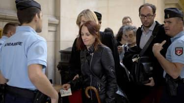 L'ex-militante des Femen, Eloïse Bouton, a été condamnée à un mois de prison avec sursis mercredi 17 décembre, par le tribunal correctionnel de Paris.