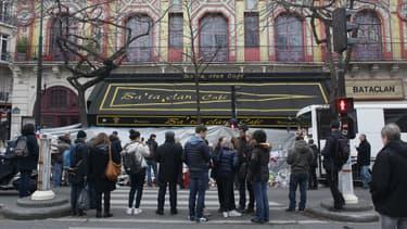 Les hommages sont nombreux au Bataclan un mois après les attentats.