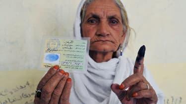 Le déchaînement de violence promis par les insurgés ne semble guère décourager les électeurs, ce 14 juin, nombreux à exhiber fièrement leurs doigts marqués à l'encre antifraude.