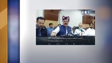 Le ministre de l'Information d'une province pakistanaise donnait une conférence retransmise en direct sur les réseaux sociaux.
