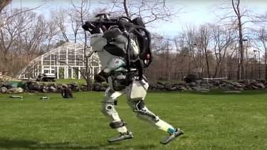 Le robot de Boston Dynamics court d'une foulée régulière et aérienne.