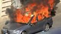 """Deux voitures ont été incendiées et des vitrines de magasins ont été brisées samedi à Rome en marge du rassemblement des """"Indignés"""" dans la capitale italienne. /Photo prise le 15 octobre 2011/REUTERS/Stefano Rellandini"""
