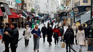 Des piétons équipés de masques rue Montorgueil, dans le centre de Paris, le 2 novembre 2020