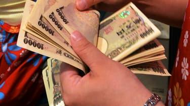 Le 15 mars dernier, en 2 heures et 30 minutes au total, une centaine de malfaiteurs ont retiré le même jour 1,4 milliard de yens de 1400 distributeurs dans tout le Japon.