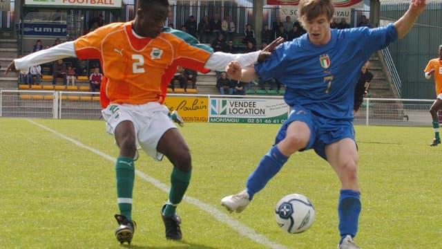 Un Ivoirien dispute le ballon à un Italien lors du tournoi de Montaigu 2006