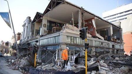 Dans le centre de Christchurch, en Nouvelle-Zélande, un bâtiment détruit par le séisme de magnitude 7,1 survenu dans la nuit de vendredi à samedi, le plus violent subi par le pays en 80 ans. La deuxième ville du pays était secouée dimanche par de fortes r