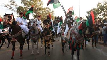 Arrivée à Benghazi des combattants du Conseil national de transition (CNT) libyen de retour de Sirte. La Libye doit officiellement ouvrir ce dimanche, trois jours après la mort de Mouammar Kadhafi, un nouveau chapitre de son histoire en lançant un process