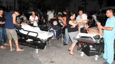 Des personnes reçoivent des soins dans le jardin de l'hôpital de Bodrum au sud-ouest de la Turquie, le 21 juillet 2017