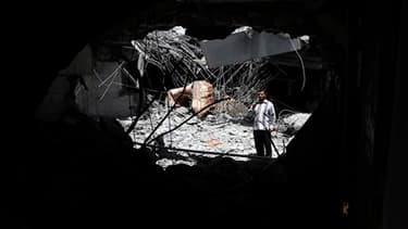 Lourds dégâts causés dans une maison où les journalistes ont été conduits par les autorités et présentée par le pouvoir libyen comme étant celle d'un fils de Mouammar Kadhafi, Saïf al Arab. Tripoli accuse la coalition internationale d'avoir bombardé cette