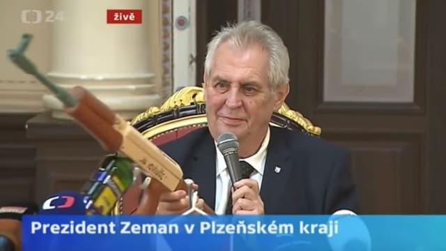 Le président de la République tchèque, Milos Zeman, exhibe une réplique de kalachnikov lors d'une conférence de presse