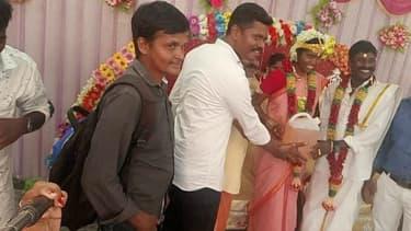 Les mariés visiblement heureux de recevoir ce bidon d'essai comme cadeau de mariage.