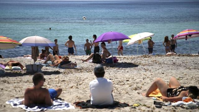 Des vacanciers en train de profiter de la plage à Ajaccio le 21 mai 2020, en pleine épidémie de coronavirus.