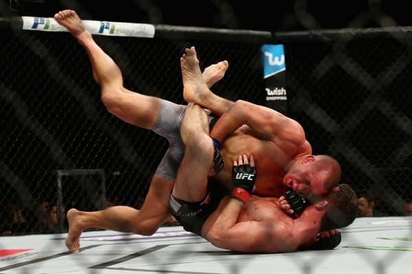 Georges St-Pierre (position supérieure) lors de son dernier combat à l'UFC en novembre 2017 contre Michael Bisping