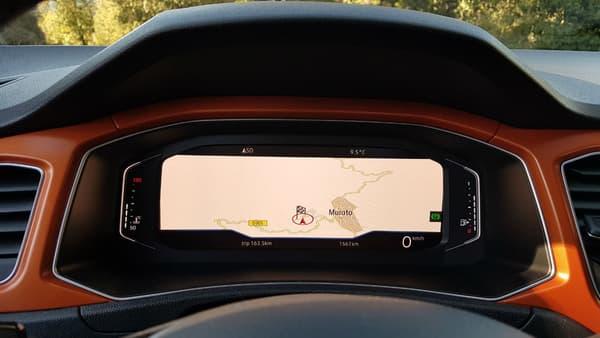 L'écran derrière le volant peut afficher le GPS avec ou sans des compteurs personnalisables