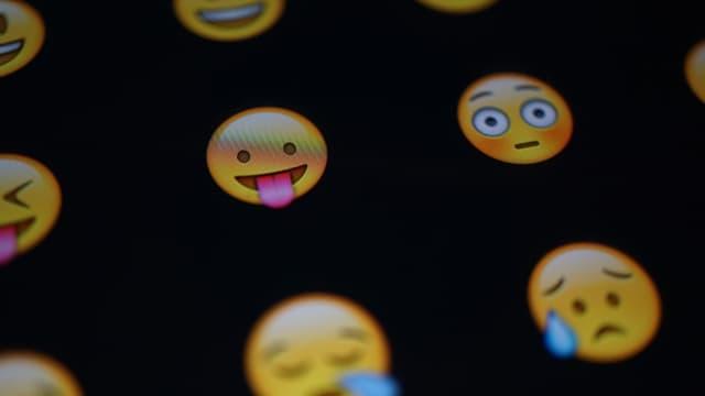 """Pour un salaire """"compétitif"""", l'heureux élu sera chargé de traduire des documents en interne et en externe mais aussi de rédiger un rapport mensuel sur les tendances du moment dans le monde des emojis."""
