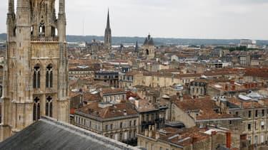 Une vue aérienne de plusieurs clochers d'églises, à Bordeaux