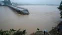 Pont endommagé dans la province de Jiangxi. Selon la presse locale, les pluies torrentielles qui s'abattent sur le sud de la Chine depuis une semaine ont fait 175 morts et 107 disparus. /Photo prise le 21 juin 2010/REUTERS