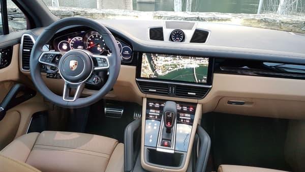 Très luxueux, l'intérieur a été épuré avec bien moins de bouton,s que la précédente génération.