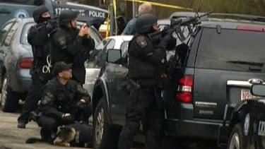 Policiers dans le quartier de Watertown, à l'ouest de Boston, vendredi 19 avril.