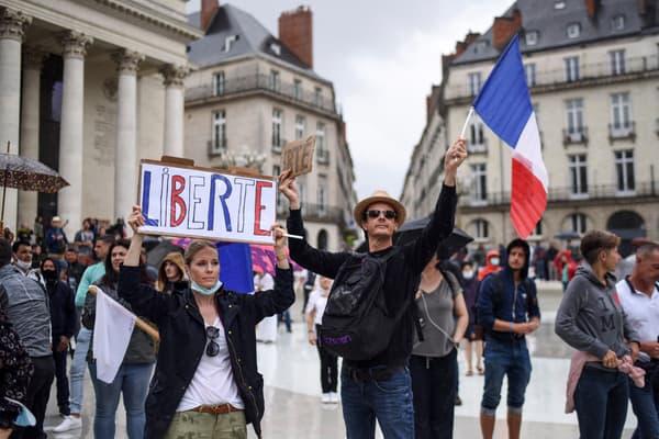 Des manifestants contre le pass sanitaire à Nantes, le 24 juillet 2021.