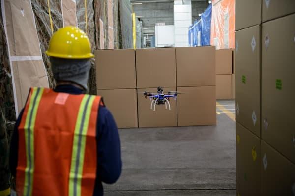 Le drone manœuvre à travers des piles de cartons