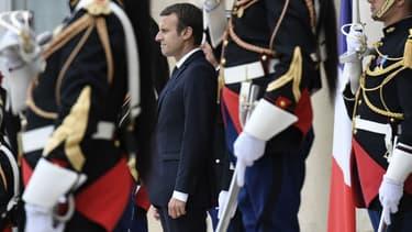 Emmanuel Macron sur le perron de l'Élysée le 28 juillet 2017