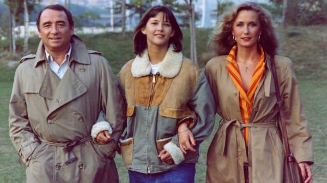 Sophie Marceau entourée de Claude Brasseur et Brigitte Fossey dans La Boum 2.